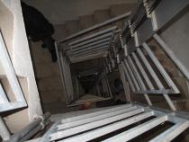 Tvrz Hanička - schodiště do podzemí